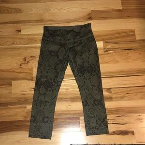 Lululemon size 6 cropped leggings.